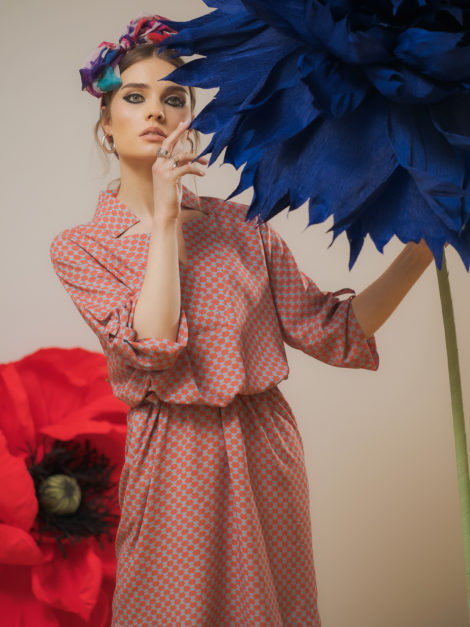 Sukienka z dekoldem V graficzna 5